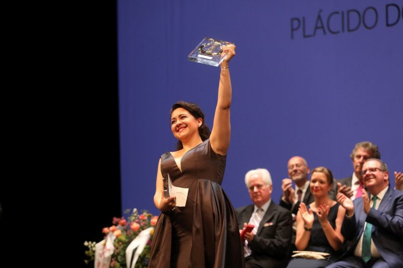 Adriana Gonzalez levantando un premio