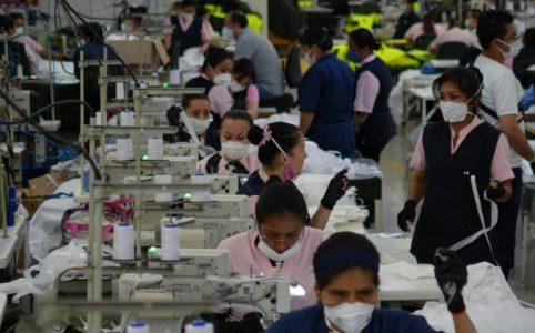 trabajadoras con cubrebocas