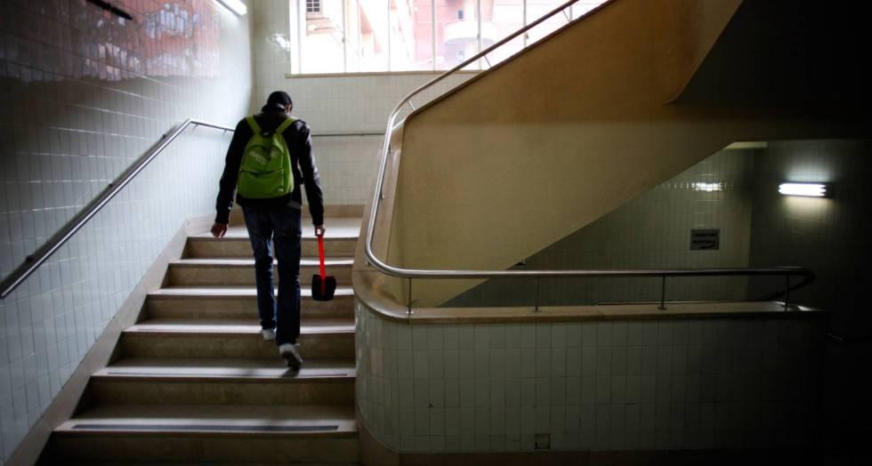 estudiante subiendo escaleras en escuela
