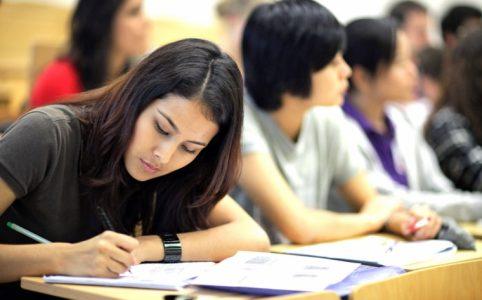 estudiantes haciendo examen en clase